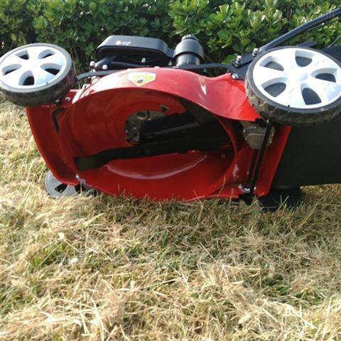 园林机械操作汽油动力剪草机大功率草坪机